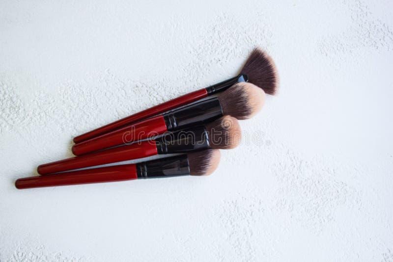 Borsta f?r att applicera upp makeup p? framsidaslut bred mjuk b?sta sikt f?r borstborste p? vit bakgrund royaltyfria foton