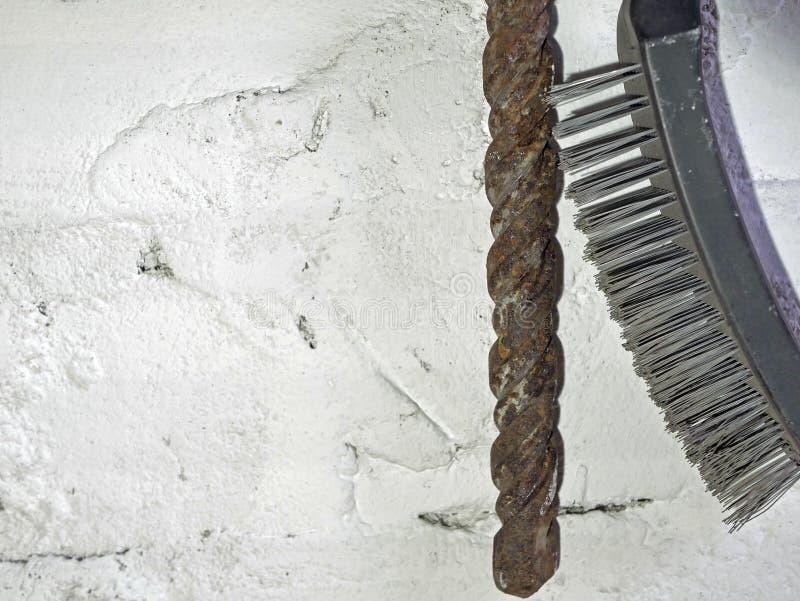Borsta på metall och den rostiga drillborren royaltyfri fotografi