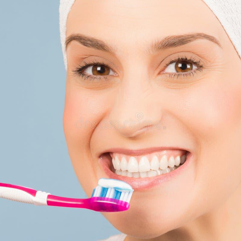 Borsta sunda vita tänder arkivbilder