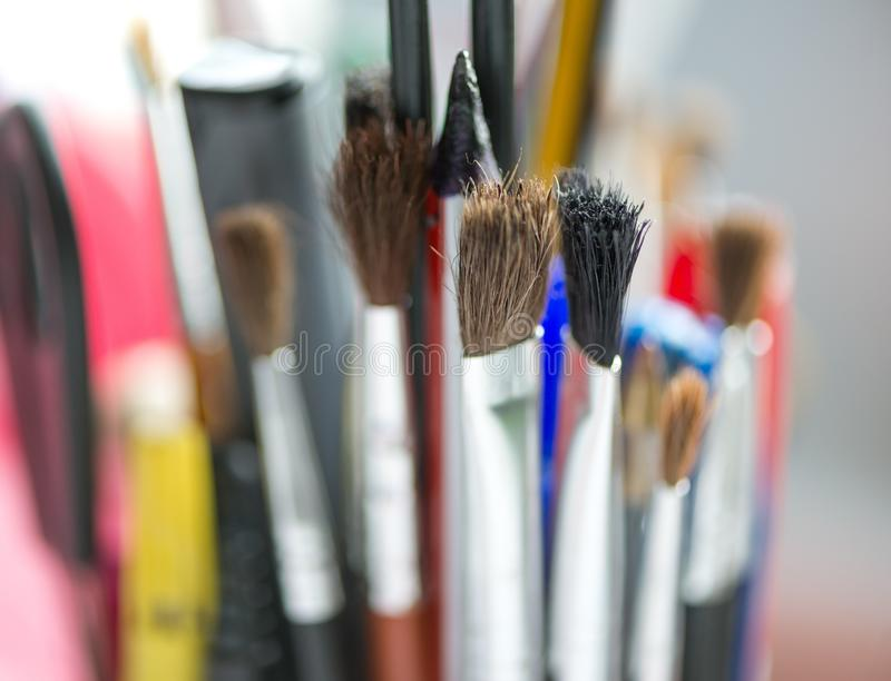 borstar kontrollerar konstruktionsillustrationer mer min portfölj för målarfärg var god Målningmaterial Begrepp av konstnärlig, k royaltyfri foto