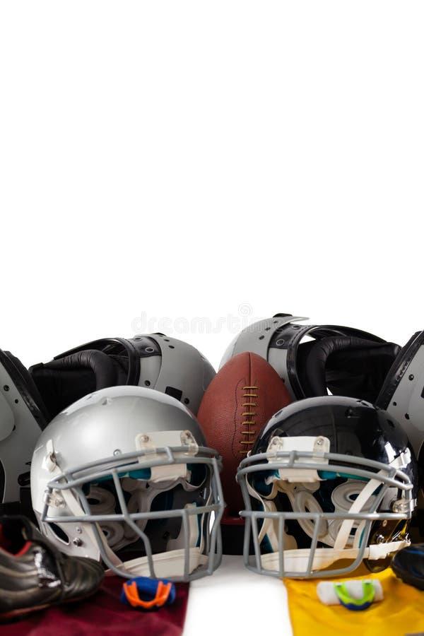 Borstbeschermer met Amerikaanse bal en sportuitrustingen stock foto's