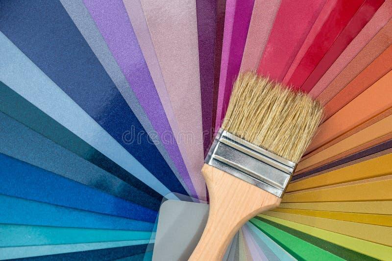 Borste för att måla på färgprovkartor, royaltyfri bild