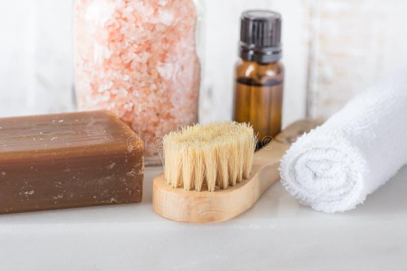 Borste för handduk för nödvändig olja för handgjord tvål för koltjära rosa Himalayan salt på vit marmorbakgrund Omsorg för kropp  arkivfoto