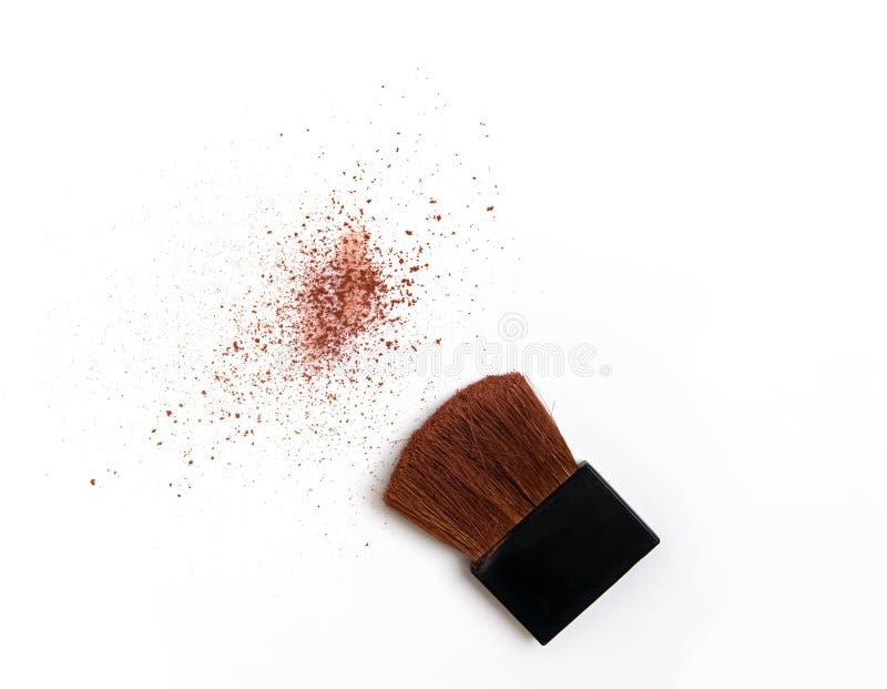Borste med den kosmetiska pulverprövkopian som isoleras på vit bakgrund royaltyfri foto