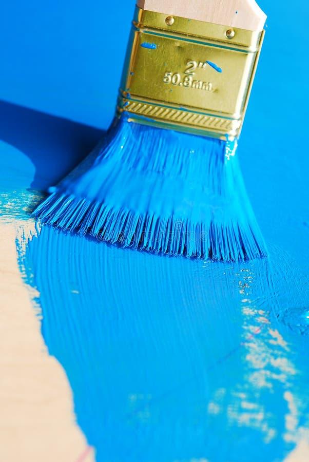Borstel in blauwe verf royalty-vrije stock fotografie