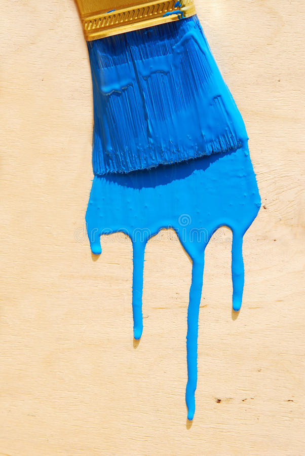 Borstel in blauwe verf royalty-vrije stock afbeeldingen