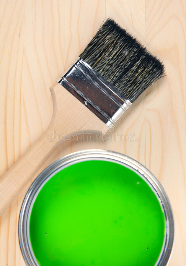 Borstel en groene verfemmer royalty-vrije stock afbeeldingen
