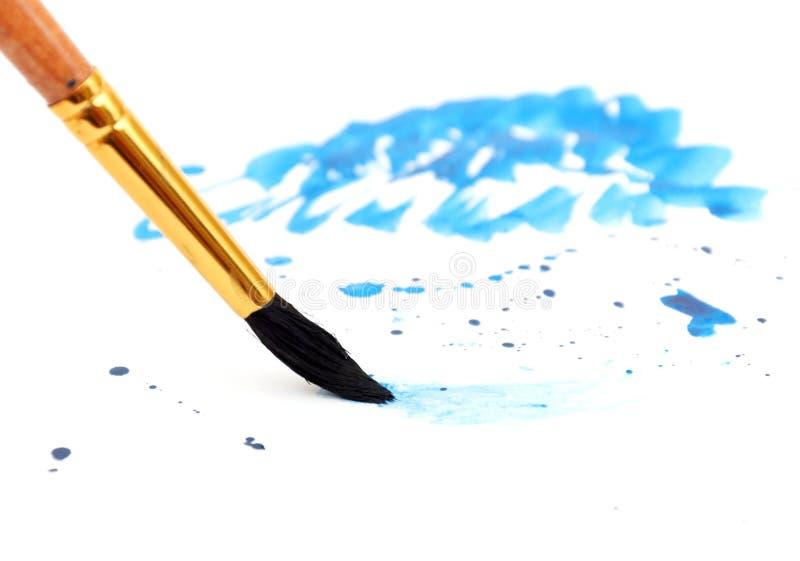 Borstel met blauwe verfslag stock foto