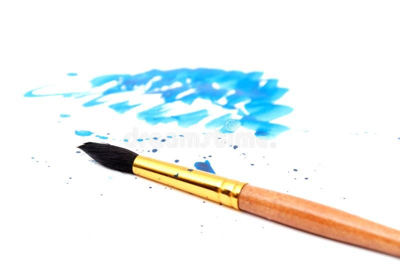 Borstel met blauwe verfslag stock fotografie