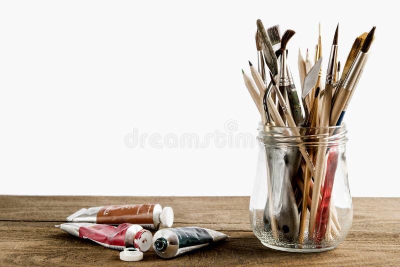 Borstel met olieverven wordt geplaatst die stock afbeelding
