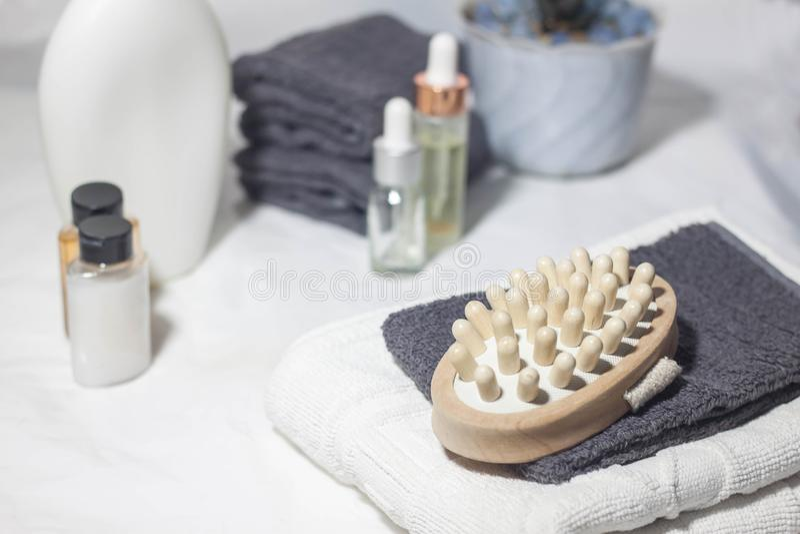 Borstel voor droge massage Various spa voorwerpen op witte achtergrond stock foto's