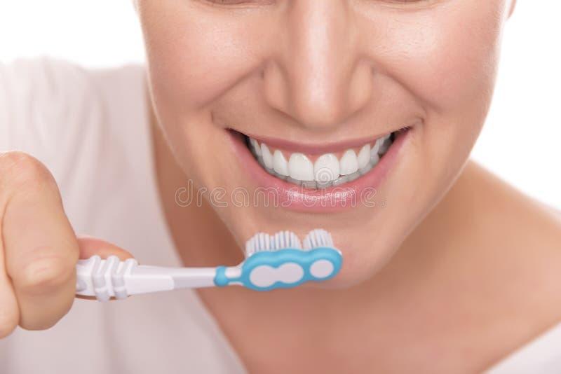 Borstelende Tanden Vrouw die eigenlijk haar tanden borstelen royalty-vrije stock afbeeldingen