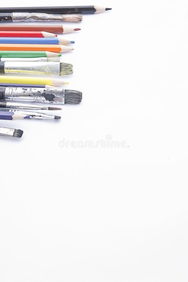 Borstels en kleurende potloden met exemplaarruimte royalty-vrije stock foto