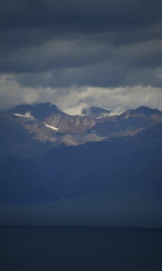 Bortala, Xinjiang: geniet van de koele wereld van Salem Lake stock fotografie