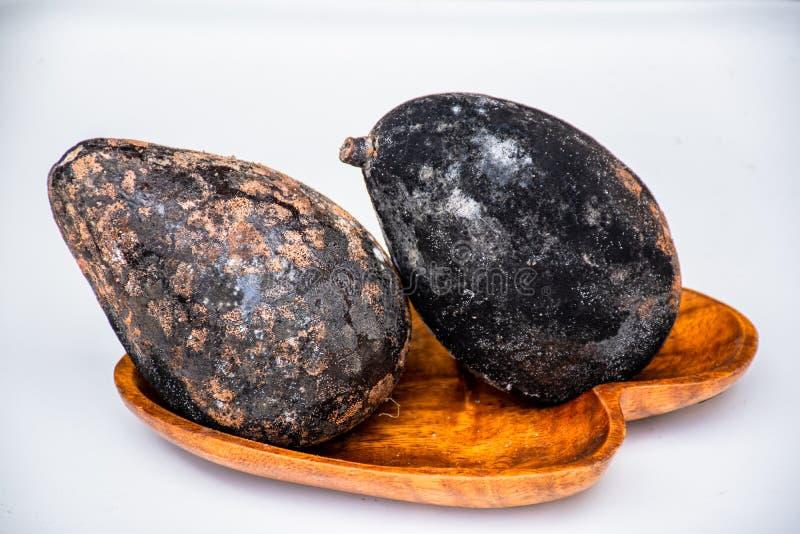 Bortskämd frukt på trämagasinet royaltyfri bild