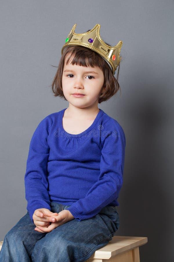 Bortskämt ungebegrepp för allvarligt förskole- barn med kronan på royaltyfria foton