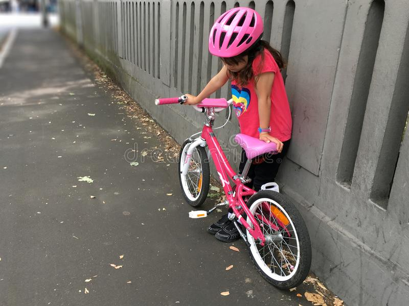 Borttappad ledsen ung flicka hennes väg i stadsgata fotografering för bildbyråer