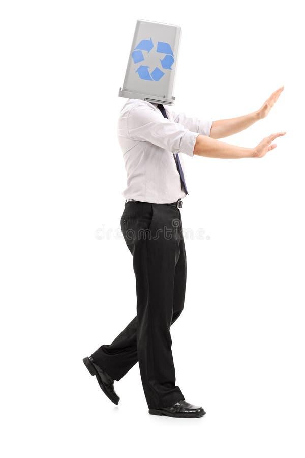 Borttappad man med ett återanvändningsfack över hans huvud arkivfoto