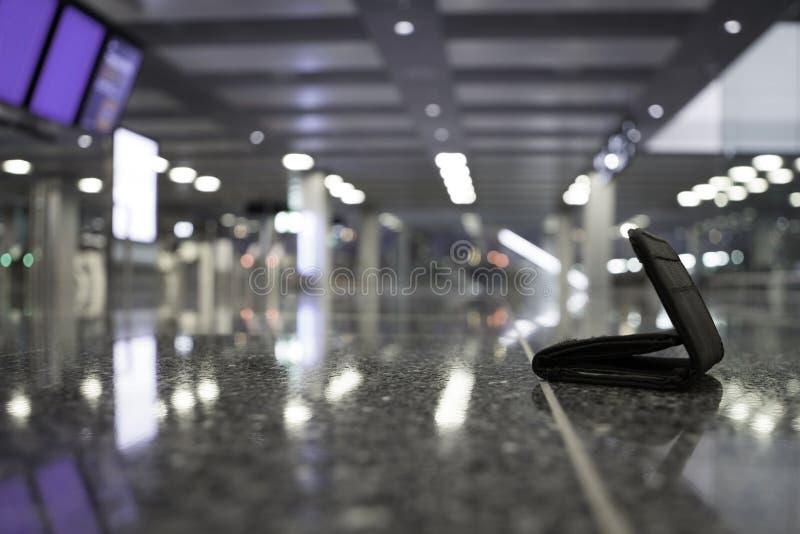 Borttappad plånbok på flygplatsen fotografering för bildbyråer