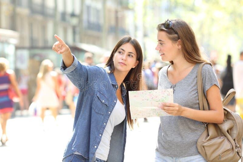 Borttappad turist som fr?gar f?r hj?lp fr?n en g?ngare royaltyfri foto