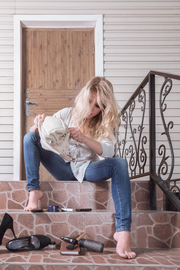 Borttappad ung kvinna henne tangenter arkivfoton