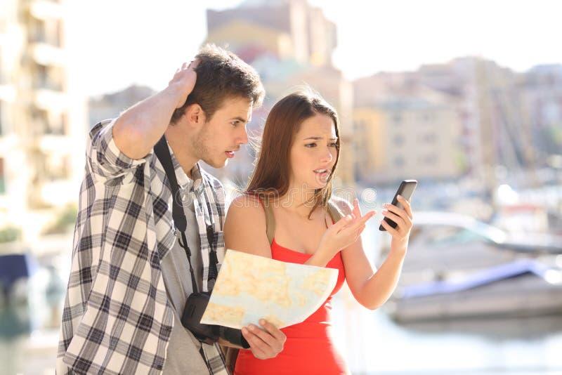Borttappade turister som försöker att finna locarion direktanslutet arkivfoto