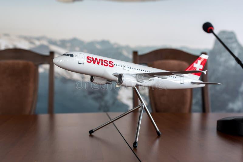 BORYSPIL, DE OEKRAÏNE - MAART 26, 2018: Model van ZWITSERSE luchtvaartlijnvliegtuigen met de vlag van Zwitserland Vergadering van royalty-vrije stock afbeelding