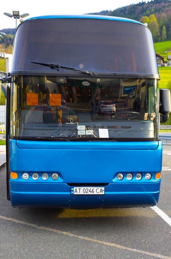 Boryspil, Ucrânia - 1º de maio de 2017: Ônibus azul no aeroporto internacional de Boryspil imagens de stock royalty free