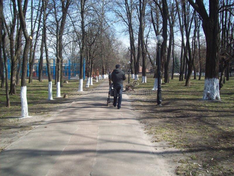 BORYSPIL, UKRAINE - 3. APRIL 2011 Leute auf den Stra?en in der Stadt lizenzfreies stockbild