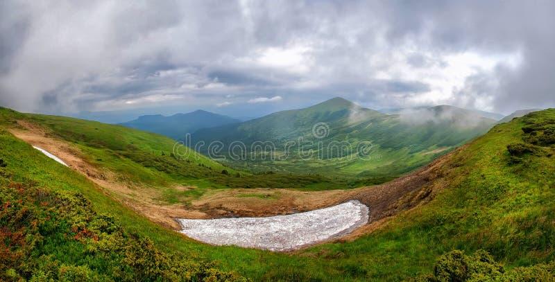 borzhavsky喀尔巴阡山脉的山土坎春天视图 乌克兰 免版税库存照片