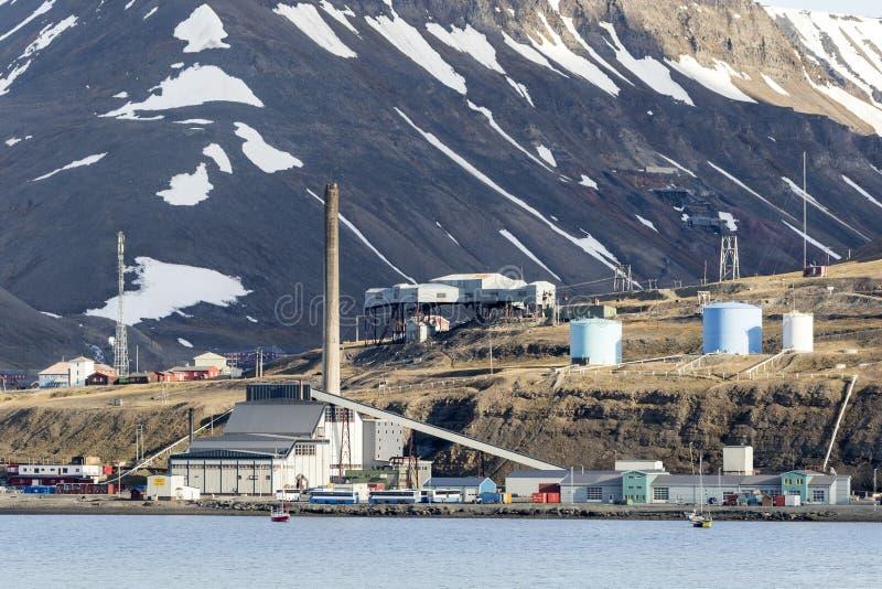 Bosättning av Longyearbyen på Svalbard, Spitsbergen, Norge royaltyfri foto
