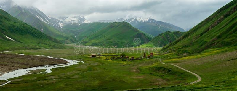 Bosättning bland bergen royaltyfria bilder