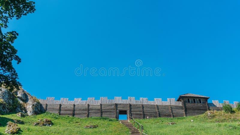 Bosättningen på monteringen Birow i Podzamcze royaltyfri foto