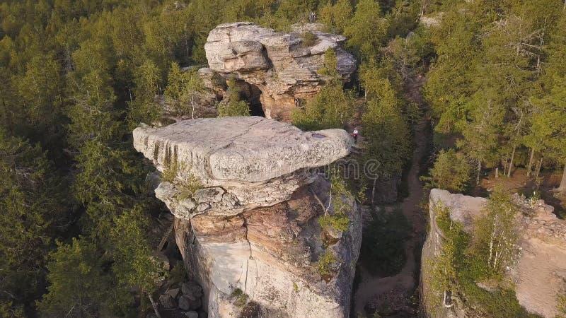 Bos en rotsen in hoogste mening van de de herfst de luchthommel Luchtmening over Rotsen, rotsvorming met boslandschap climbing A stock foto