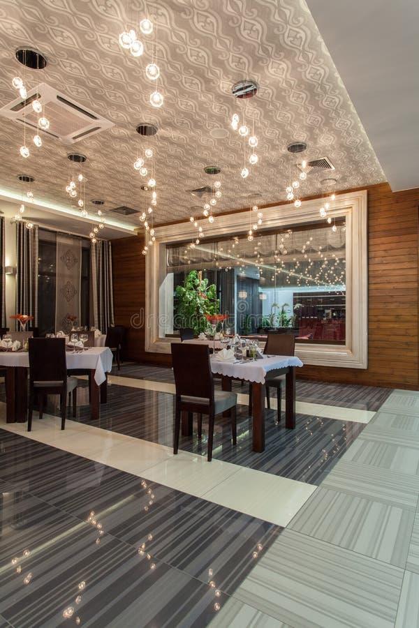 Bos hotel - de eetkamer van het Restaurant stock foto
