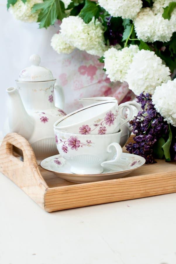 Bos lilac bloemen in een kom royalty-vrije stock fotografie