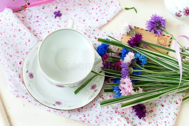Bos lilac bloemen in een kom stock foto