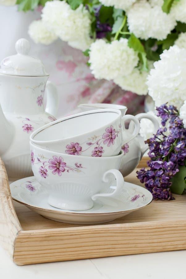 Bos lilac bloemen in een kom stock afbeelding