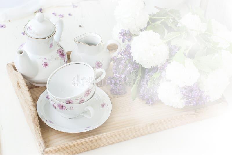 Bos lilac bloemen in een kom stock fotografie
