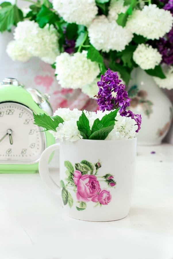 Bos lilac bloemen in een kom royalty-vrije stock afbeeldingen