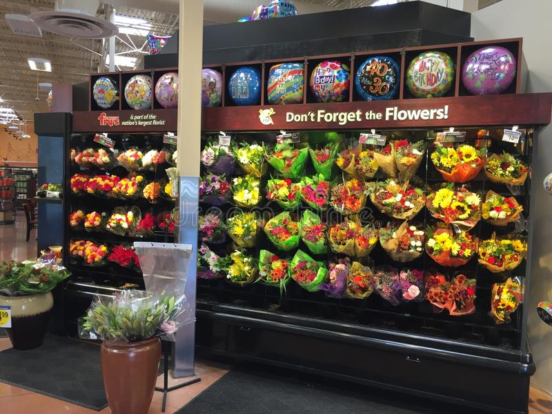 Bos van bloemen die bij supermarkt verkopen royalty-vrije stock foto's