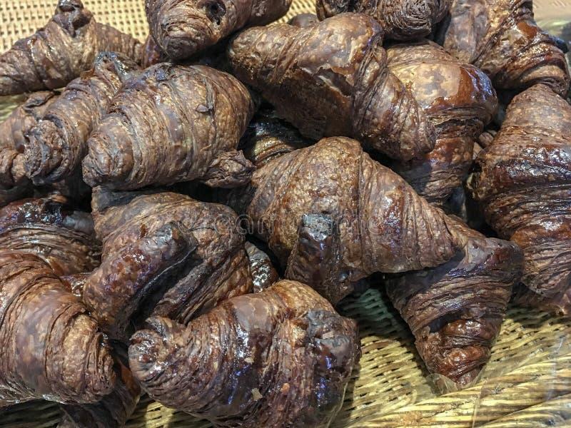 Bos van chocolade op smaak gebracht croissantbrood in een mand Sluit omhoog geschoten stock afbeelding