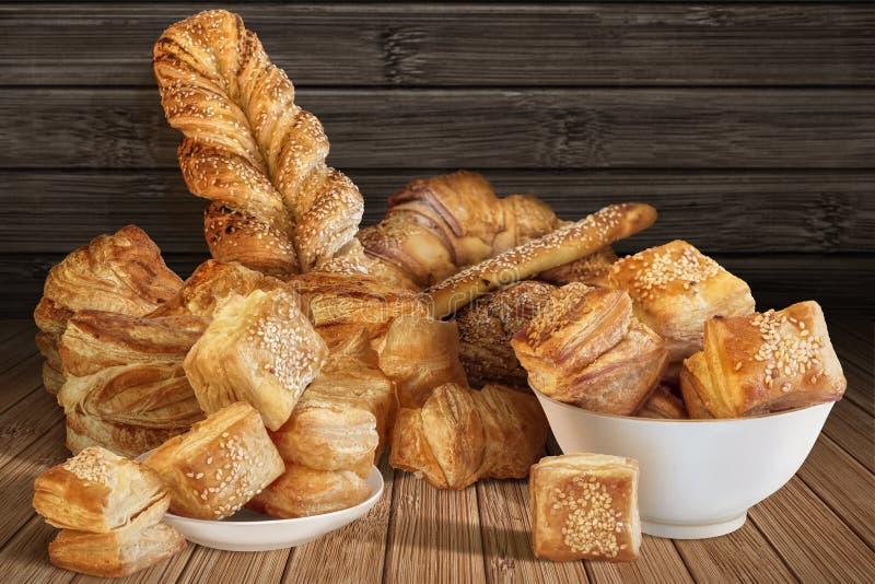 Bos van Divers Bladerdeeg en het Croissant van de Sesamkaas dat op Rustiek Bamboeonderleggertje wordt geplaatst stock fotografie