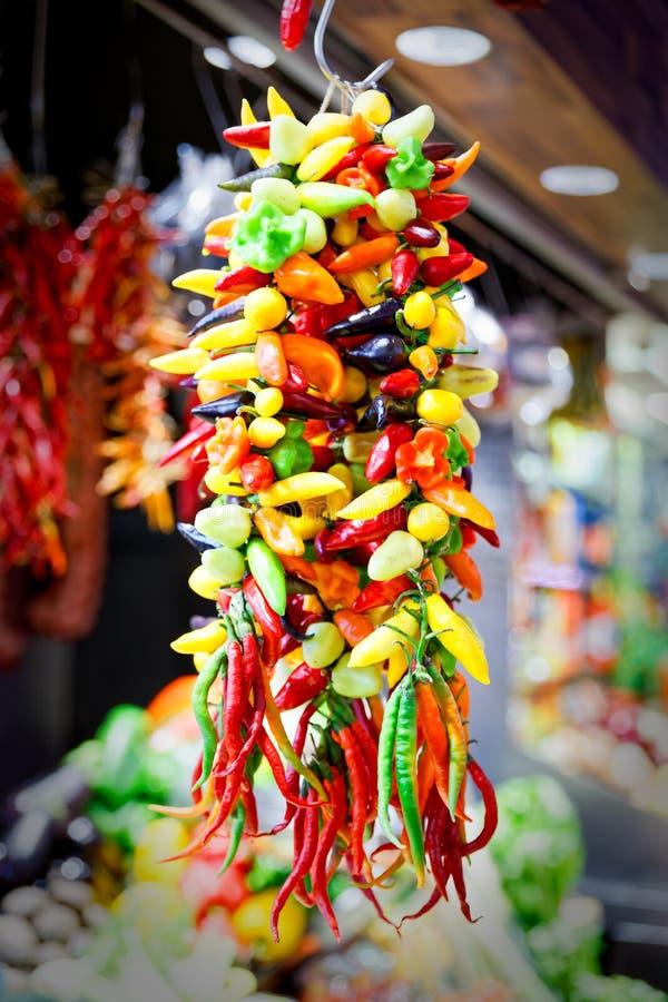 Bos van diverse peper op vertoning bij de markt in Barcelona royalty-vrije stock foto