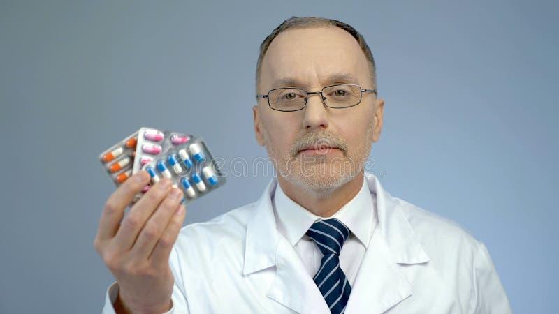Bos van drugs in artsenhand, bevordering van farmaceutische de industrieproducten stock foto's