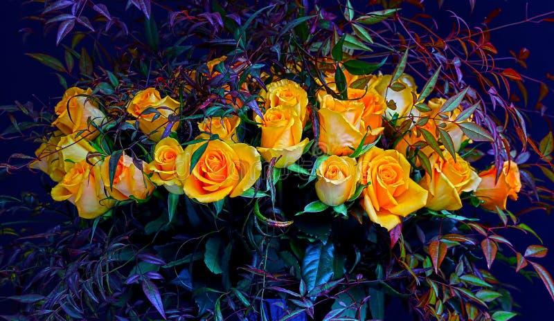 Bos van gele rozen en bladeren royalty-vrije stock afbeeldingen
