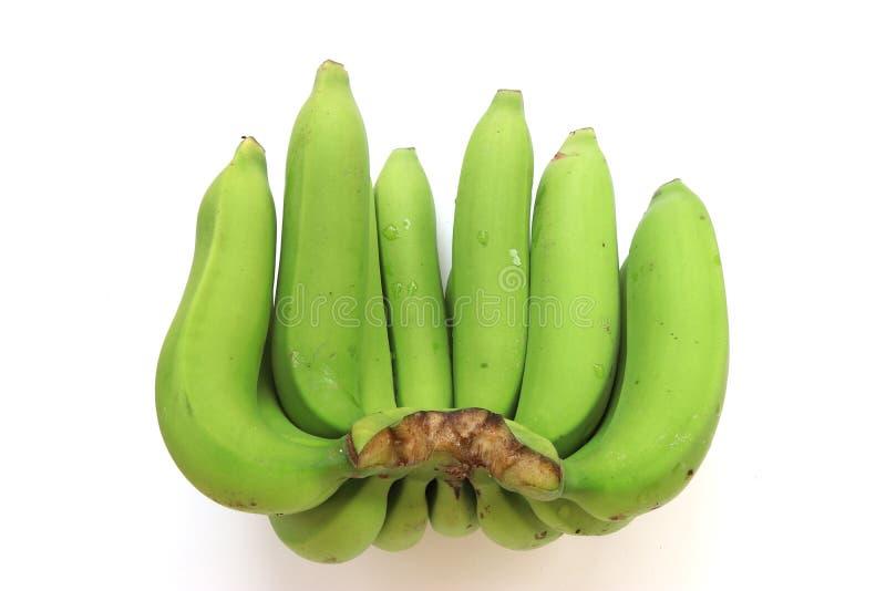 Bos van groene die bananen op witte achtergrond worden ge?soleerd stock foto's