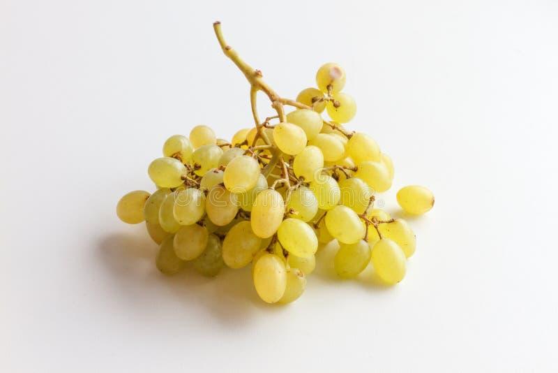 Bos van groene druiven die op witte achtergrond worden geïsoleerde stock fotografie
