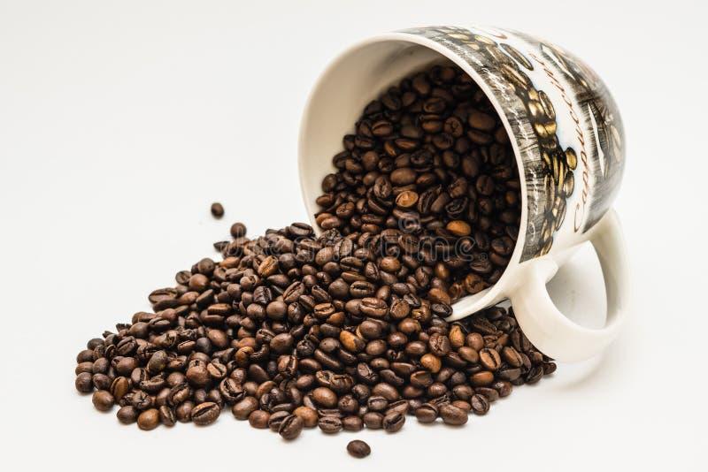 Bos van koffiebonen uit een kop royalty-vrije stock afbeeldingen