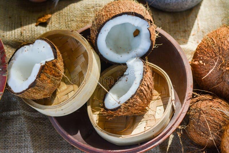 Bos van kokosnoten in de kom royalty-vrije stock fotografie